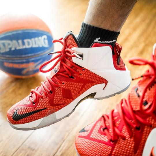 chaussure nike rouge et ballon de basket Spalding