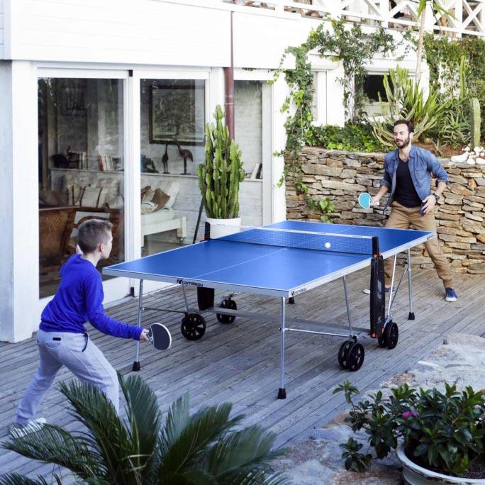 pere et fils jouent au ping pong
